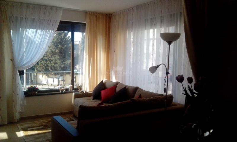 Меблированная двухкомнатная квартира около моря.