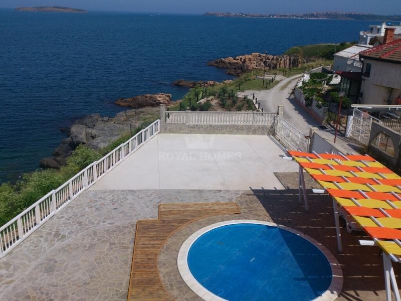 Элитная недвижимость на первой линии с бассейном и