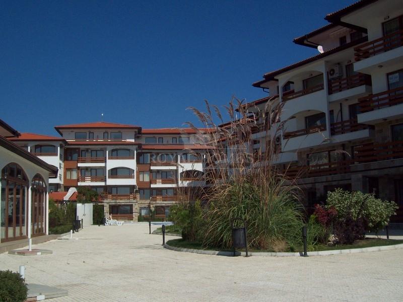 Трехкомнатная квартира на первой линии моря в Елен