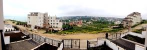 Таунхаус возле моря со своим двором.