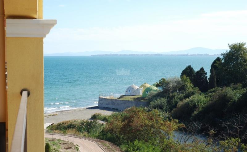Недвижимость в городе Ахелой на первой линии моря.