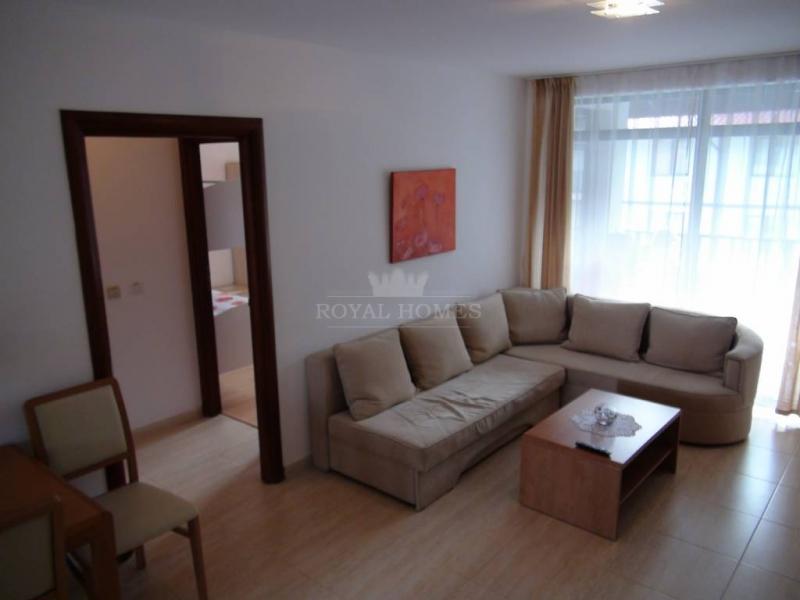 Меблированная трехкомнатная квартира в Болгарии в